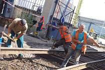 Rekonstrukce přejezdů na železničních vlečkách v areálu bývalé Setuzy. Zmizet by měla zároveň i nefunkční silniční váha, výtluky a přibýt chodník.