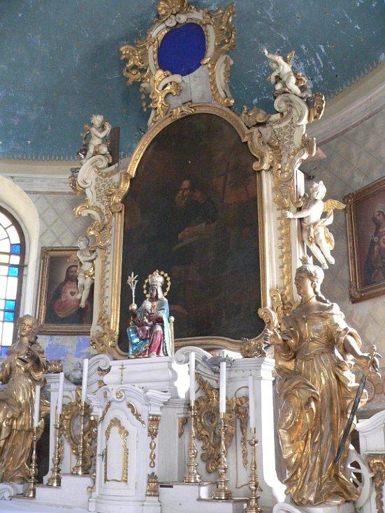 Hlavní oltář v kostele sv. Jiljí v obci Bezděz v Libereckém kraji před restaurováním.