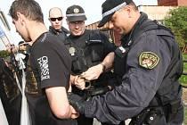 STRÁŽNÍCI litvínovské městské policie zasahují v rámci preventivní akce zaměřené na pouliční kriminalitu na sídlišti Janov. Archivní snímek.