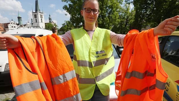 VÝSTRAŽNÉ VESTY s novou evropskou normou vzedmuly mezi řidiči vlnu otázek.