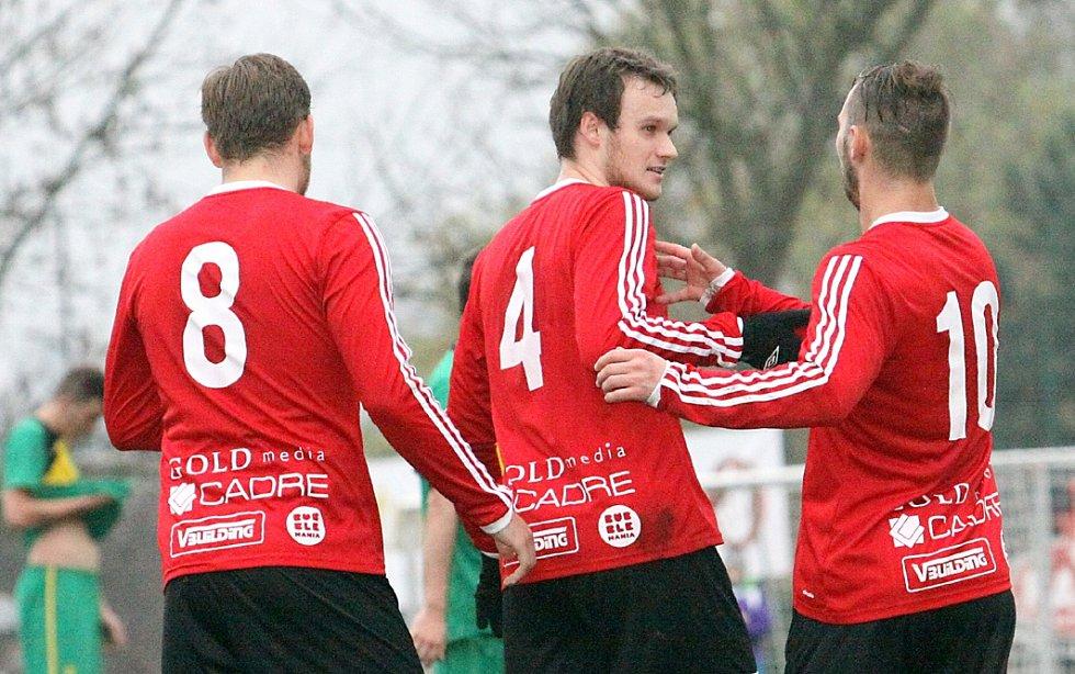 Fotbalisté Neštěmic (červení) doma porazili Žatec po nevídané přestřelce 7:4.