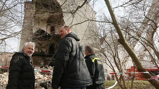 Prověřování vyhořelého a zříceného domu v Předlicích.