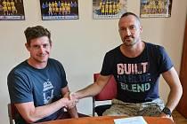 Alexandr Novák (vlevo) podepsal trenérskou smlouvu u mládeže Slunety. Vpravo generální manažer klubu Tomáš Hrubý