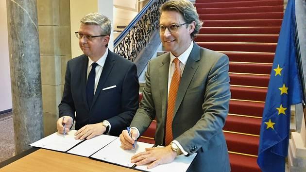 Český a německý šéf dopravy Karel Havlíček a Andreas Scheuer píšou eurokomisařce, aby Unie podpořila náklady na přípravu vysokorychlostní trati.