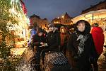 První adventní neděli se na ústeckém Lidickém náměstí rozsvítil vánoční strom a začaly zde vánoční trhy.