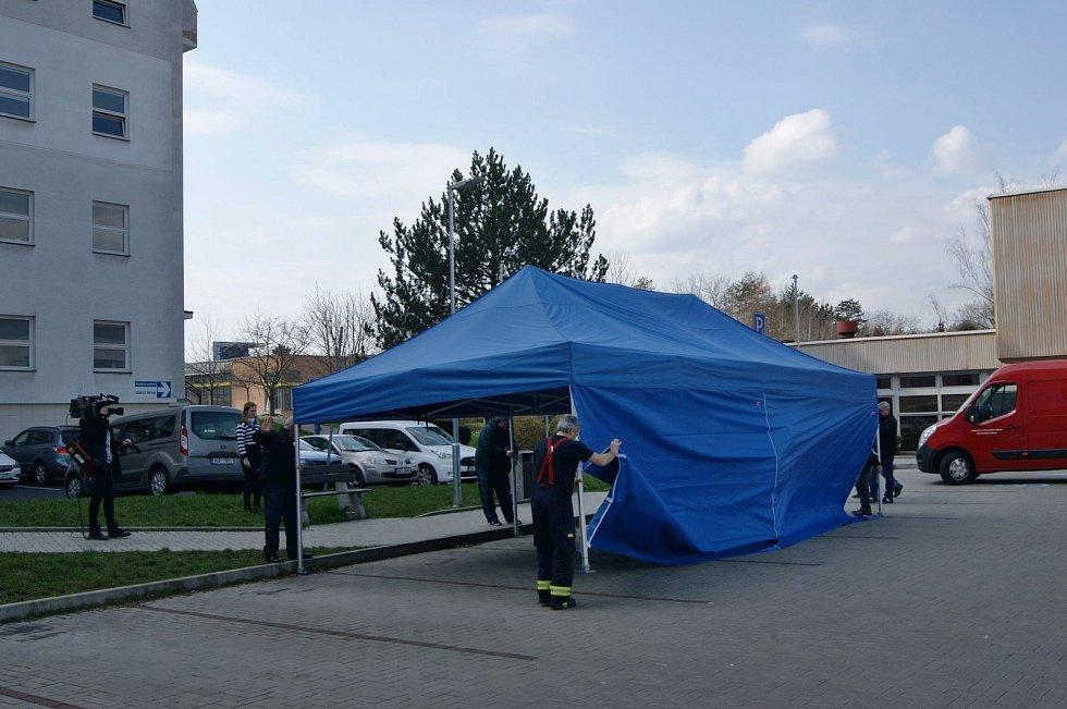 Hasiči stavěli odběrové stany v Ústí nad Labem.