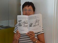 Naďa Chodovská s knihou vtipů zesnulého humorista a autora kreslených vtipů Pavla Kantorka.