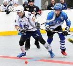 Ústečtí hokejbalisté (bílé dresy) doma porazili Letohrad 2:1.