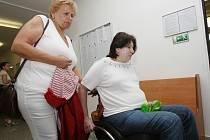 Obžalovaná, dnes již bezmocná žena, přijela k soudu na vozíku, vypovídala čtyři hodiny.