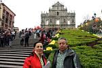 Manželé Živníčkovi před pozůstatky chrámu Sao Paolo v historické části města Macao, která je na seznamu světového kulturního dědictví UNESCO. Macao je bývalá portugalská kolonie na území Číny a dnes oblast s velkou autonomií.