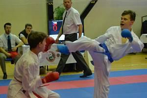 Karatista Sport Unionu Michal Jakoubek (vpravo) vybojoval na Národním poháru bronz v kumite do 55 kg.