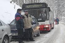 S velkým náporem lyžařů se v Telnici objevil problém s dopravní situací.