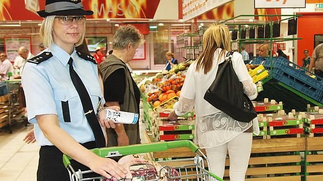 Ilustrační foto. V rámci prevence kriminality vyráží ústečtí policisté do marketů. Upozorňují zákazníky, aby nedávali zlodějům šanci. Na snímku ústecká policejní mluvčí Valerie Barošová ukazuje opuštěnou kabelku v nákupním košíku.