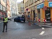 Před osmou hodinou boural na křižovatce Velká Hradební a Pařížská bledě modrý Peugeot.