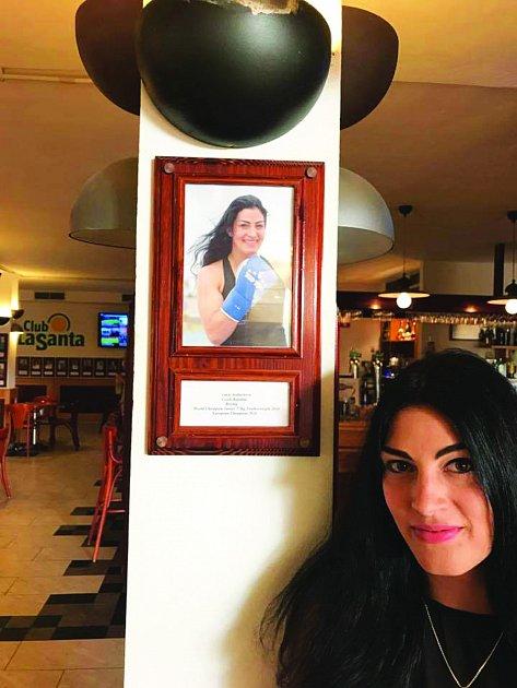 Lucie Sedláčková má svou fotografii vkavárně komplexu Club La Santa.