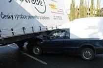 Řidič nákladního vozidla Iveco vyjíždějící z místní firmy nedal přednost vozidlu Škoda Pick-up jedoucímu směrem na Teplice.