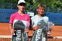 Tenisté Pavel Douda (vlevo), vítěz Oblastního přeboru starších žáků 2019, a Filip Macháček (stříbro) spolu získali také titul ve čtyřhře.