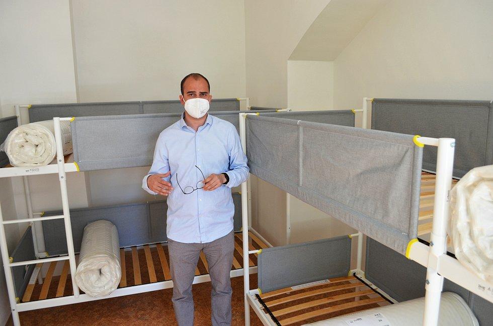 Lidem, kteří se v Ústí nad Labem ocitnou v těžké životní situaci, budou sloužit dva nové krizové byty. Město je vybudovalo v Matiční ulici. Na snímku byty ukazuje náměstek ústeckého primátora Tomáš Vlach.