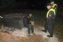 Strážníci museli bezdomovce vykázat.