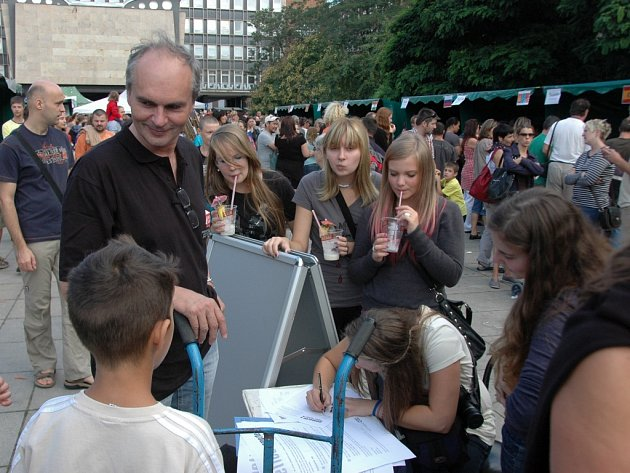 Podpisy pod záchrannou petici sbíral na festivalu Barevná planeta 2012 Vladimír Nečas, šéf ústeckého baletu.