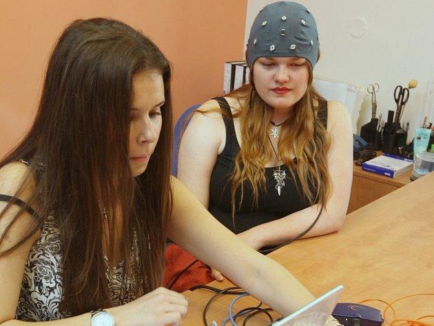 Barbora Kabíčková ze společnosti Brain Solutions Institut sleduje na obrazovce okamžité reakce mozku figurantky.