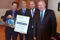 Vítězové soutěže Dopravce roku dostali diplom a skleněný talíř zdobený českými granáty z Podsedic.