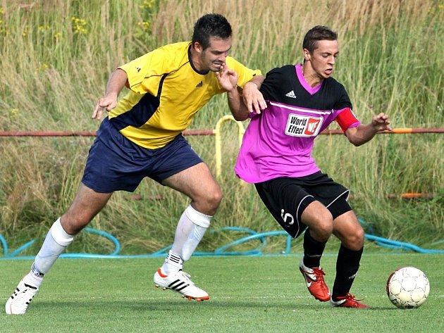 Fotbalisté Přestanova (vpravo Maturkanič) jsou po podzimu až na osmé příčce tabulky 1.B třídy.