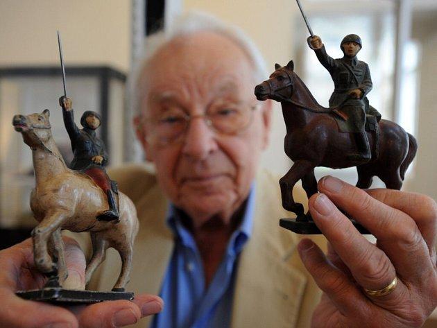 Výstava v ústeckém muzeu vznikla díky daru ústeckého rodáka Hanse Röslera (na snímku), který vlastní nejrozsáhlejší sbírku figurek vojáků od firmy Baťa.