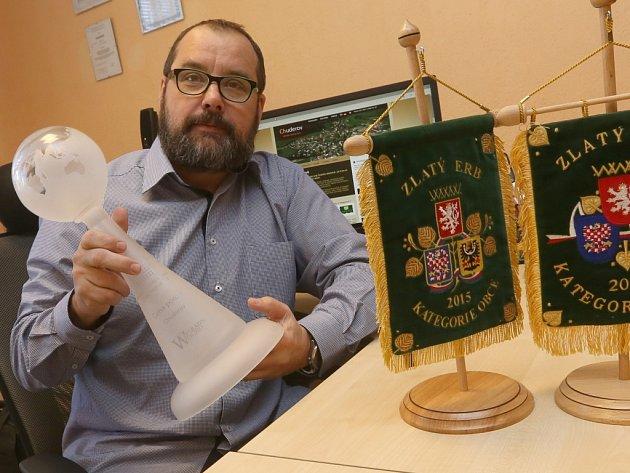 Starosta Chuderova Stanislav Kovář s cennými trofejemi za zdařilé weby.