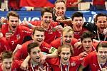 Mikuláš Krbec (nahoře druhý zleva) slaví s českými juniory světový bronz.