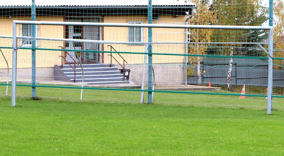 Fotbalové hřiště v Hostovicích je kuriózní sklonem v podélném i příčném směru. Dolní branka