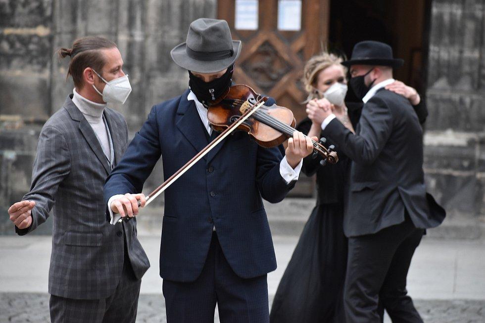 Herci a další zaměstnanci ústeckého Činoheráku se hodili do gala a vyrazili zatančit si mezi lidi. Foto Deník/Jaroslav Balvín