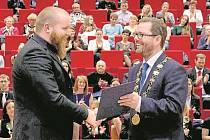 Vítanou podporou pro studenty UJEP jsou stipendia a ceny pro nejlepší studenty. Předává je nejen univerzita (na snímku vpravo rektor Martin Balej), ale i soukromé firmy či třeba biskupství.