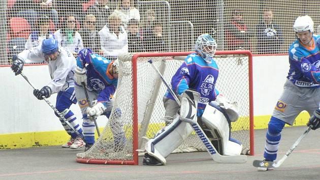 Ústečtí hokejbalisté (modří) prohráli ve Vlašimi oba zápasy.