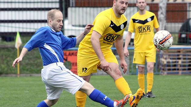 Fotbalisté Mojžíře (ve žlutých dresech) doma schytali výprask 0:4 s Pokraticemi.
