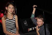 Neobvyklé vokální trio s klávesami a elektronickými krabičkami dobře bavilo ve čtvrtek 16. listopadu večer v ústeckém Vaňově na Cargo Gallery, lodi plné umění.