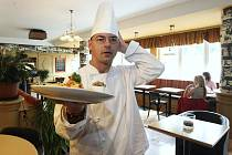 Fotoreportér Deníku oblékl bílou zástěru a na jeden den se stal kuchařem a vařil pokrmy ve zbrusu nové restauraci v areálu litvínovského zimního stadionu.