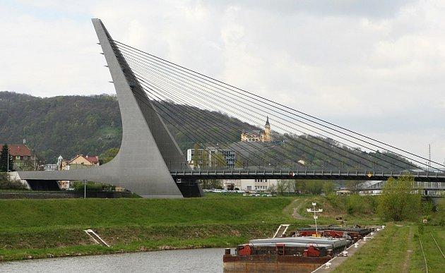 Mariánský most vÚstí nad Labem. Vpozadí zámeček Větruše