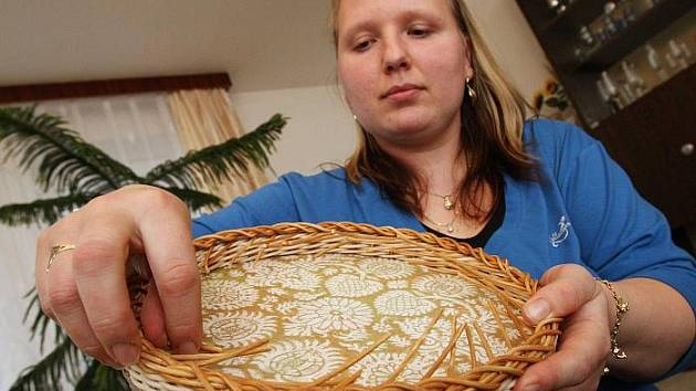 Žaneta Tlustá ukazuje téměř hotový výrobek z pedigu