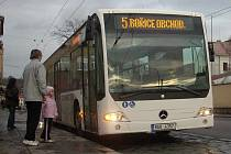 Mercedes přijel do zastávky u Pivovaru