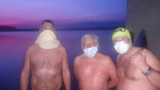 Proti koronaviru bojují otužováním v Miladě, do vody chodí sólo