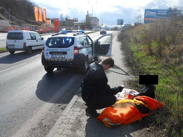 Opilec si ustlal na chodníku v Žižkově ulici.