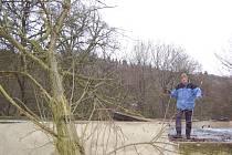 Na garáž rodiny Proskových spadl strom