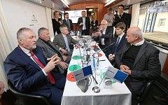 Kandidáti na prezidenta debatovali ve vlaku se studentama z Gymnázia Jateční.