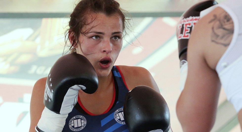 Exhibiční akce boxera Lukáše Konečného v restauraci Eden. Poslední zápas těžké váhy a dva zápasy žen.