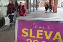 Lidé opět míří do obchodů. Po předvánočních tlačenicích se ale markety zdají být poloprázdné.