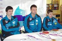 Trenér Josef Braun se svými svěřenci Jakubem Seibertem (vlevo) a Tomášem Polanským (vpravo).