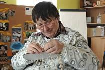 Nevidomá Stanislava Krajíčková se pouští do pletení košíku.