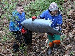 Školáci z Velkého Března v pátek uklidili odpadky a harampádí z lesa Háječku poblíž své základní školy.
