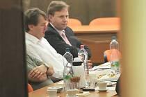 Hejtman Jiří Šulc (na snímku vlevo) a ústecký primátor Jan Kubata oba za ODS jednají poprvé s ČSSD. Okamžitě po konci jednání Šulc z místa odjel.
